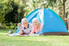 Ajouter supérieurs à la torche et carte dans la tente Image stock