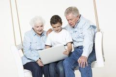 Ajouter supérieurs à leur petit-fils Image stock