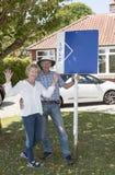 Ajouter supérieurs à un signe vendu en dehors de leur maison photographie stock libre de droits