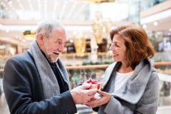 Ajouter supérieurs aux achats faisants actuels de Noël Photos stock