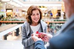 Ajouter supérieurs aux achats faisants actuels de Noël Photo stock