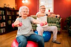 Ajouter supérieurs aux haltères dans la réadaptation avec un physiothérapeute Images stock