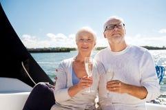 Ajouter supérieurs aux verres sur le bateau à voile ou le yacht Photographie stock libre de droits