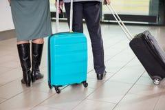 Ajouter supérieurs d'affaires aux sacs de chariot marchant à l'aéroport Photo libre de droits