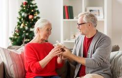 Ajouter supérieurs de sourire heureux au cadeau de Noël Photographie stock libre de droits