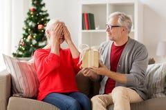 Ajouter supérieurs de sourire heureux au cadeau de Noël Photo stock