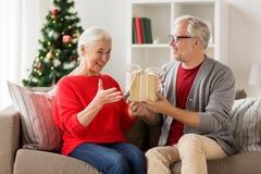 Ajouter supérieurs de sourire heureux au cadeau de Noël Image stock