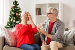 Ajouter supérieurs de sourire heureux au cadeau de Noël Photos stock