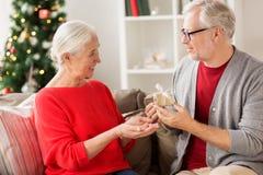 Ajouter supérieurs de sourire heureux au cadeau de Noël Photographie stock