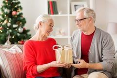 Ajouter supérieurs de sourire heureux au cadeau de Noël Photo libre de droits