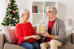 Ajouter supérieurs de sourire heureux au cadeau de Noël Photos libres de droits
