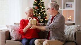 Ajouter supérieurs de sourire heureux au cadeau de Noël banque de vidéos