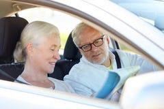 Ajouter supérieurs heureux à la carte conduisant dans la voiture Images libres de droits