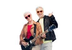 Ajouter supérieurs heureux à la guitare montrant des pouces  Photographie stock