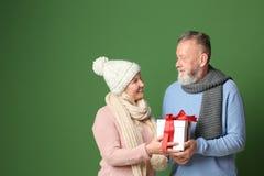Ajouter supérieurs heureux au cadeau de Noël sur le fond de couleur Photographie stock libre de droits