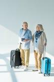 Ajouter supérieurs heureux aux sacs, aux passeports et aux billets de déplacement Photo stock