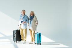Ajouter supérieurs heureux aux sacs, aux passeports et aux billets de déplacement Image libre de droits