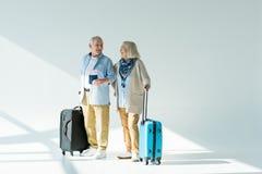 Ajouter supérieurs heureux aux sacs, aux passeports et aux billets de déplacement Images libres de droits