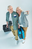 Ajouter supérieurs heureux aux sacs de déplacement et passeports faisant le selfie sur le smartphone Images libres de droits
