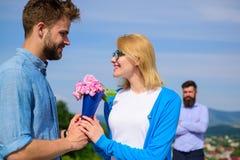 Ajoutez à la date romantique de bouquet de fleurs Amour neuf Couples dans l'amour datant le jour ensoleillé extérieur, fond de ci Images stock