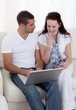 Ajoutez l'achat en ligne à un par la carte de crédit sur le sofa Images libres de droits