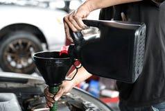 Ajoutez l'huile à moteur photographie stock libre de droits