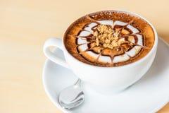 Ajoutez le sucre au café chaud photos stock