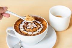 Ajoutez le sucre au caf? chaud image libre de droits