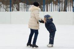 Ajuda aos patins. Primeira tentativa Fotografia de Stock