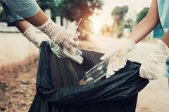 Ajuda da mãe e da criança que pegara o lixo imagens de stock
