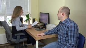 Ajuda da necessidade do empregado para o secretário com originais Vista no escritório vídeos de arquivo