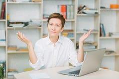 A ajuda das mãos do portátil da mesa do trabalhador de escritório não pode Imagem de Stock Royalty Free