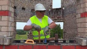 Ajuda de espera do trabalhador da construção filme