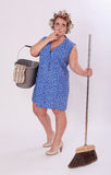 Ajuda de fumo do agregado familiar que guarda o balde e a vassoura Fotografia de Stock