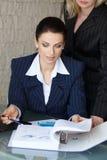 Ajuda do chefe ao empregado com catálogo Imagens de Stock Royalty Free
