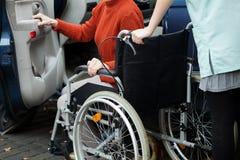 A ajuda do cuidador obtém no carro Fotos de Stock