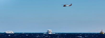 A ajuda do helihopter do salvamento decola Imagem de Stock