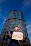 Ajuda do sinal da terra arrendada do homem de negócios ao ar livre Fotos de Stock Royalty Free