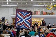 Ajuda dos voluntários de Amish no leilão anual da edredão imagens de stock royalty free