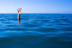 Ajuda necessário. Afogando a mão do homem no mar Fotos de Stock Royalty Free