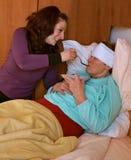 Ajuda para a senhora idosa doente Foto de Stock