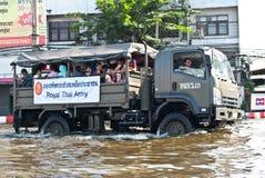 Ajuda tailandesa do exército os povos, inundação de Banguecoque Fotografia de Stock Royalty Free