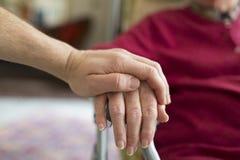Ajudando as pessoas idosas imagem de stock royalty free