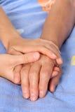 Ajudando a mão sênior do paciente da terra arrendada imagem de stock royalty free