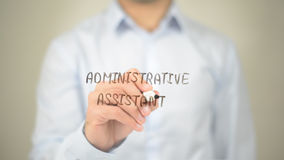 Ajudante administrativo, escrita do homem na tela transparente Imagem de Stock
