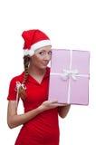 Ajudante alegre de Santa com a caixa atual cor-de-rosa Imagem de Stock Royalty Free