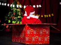 Ajudante de Santa na caixa atual Fotografia de Stock Royalty Free