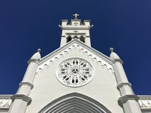 Ajudas brancas da igreja com os azuis Foto de Stock Royalty Free