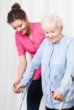 Ajudas da enfermeira a andar a mulher adulta fotos de stock