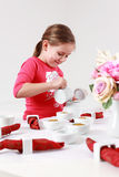 Ajudas da menina para ajustar a tabela Imagem de Stock Royalty Free